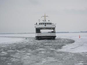Hiddenseefähre Vitte kämpft sich durchs Eis. In extrem kalten Wintern stellt die Fähre den Dienst ein.