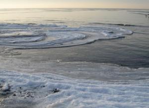 Wenn die Ostsee einfriert bilden sich eigenartige Eisformen am Strand.