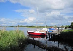 Anglerhafen am Kubitzer Bodden. Nur flachgehende Boote können das Gewässer befahren.