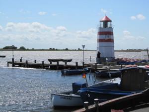 Rügen hat einige kleinere Schwestern. Hiddensee ist autofrei und mit der Fähre zu erreichen. Ummanz ist mit Rügen über eine kleine Brücke verbunden. Die meisten kleinen Nachbarinseln kannst Du nicht besuchen; sie stehen unter Naturschutz. Das Foto zeigt den Hafen Waase (Insel Ummanz).
