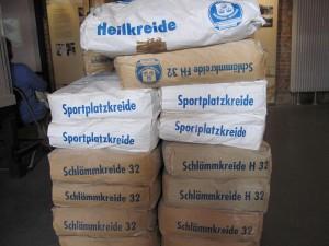 Kreide gehört auch heute zu den wenigen Exportgütern von Rügen. zum Beispiel als Heilkreide oder als Kreide, wie sie zum Markieren auf Sportplätzen verwendet wird.