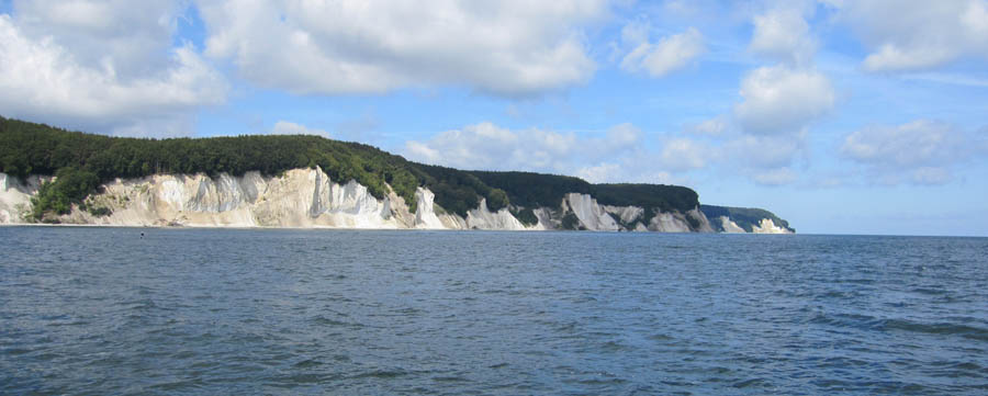 Von Sassnitz aus starten die Schiffe, die eindrucksvolle Bilder von Kreidefelsen bieten.