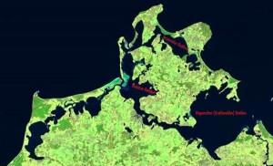 Die Satellitenaufnahme zeigt eindrucksvoll die zerklüftete Boddenlandschaft, die sich von der Halbinsel Fischland-Darß-Zingst im Westen bis zum Greifswalder Bodden im Südosten der Insel Rügen erstreckt. Quelle satego.de