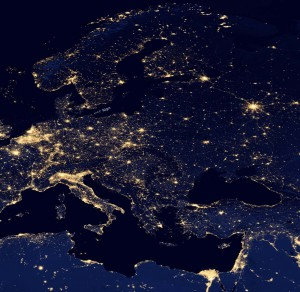 Europa bei Nacht. Klicke auf das Bild, Du wirst Rügen entdecken, die kleine Ostsee-Insel inmitten Europas. Quelle: NASA.