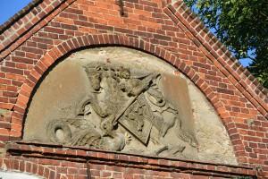 Das Relief des Heiligen Georg am Südgiebel des Langhauses beim Kloster St. Jürgen vor Rambin.
