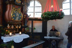 Erntedankfest oder Adventsfeier in der kleinen Kapelle Bessin sind heimelige Erlebnisse für Einheimische und Besucher aus der Umgebung.