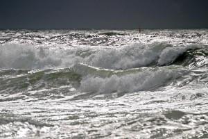 Wo de Wellen trecken an den Strand. Sind es nun die Nordsee- oder die Ostseewellen? Quelle: wikimedia commons (Noop1958)