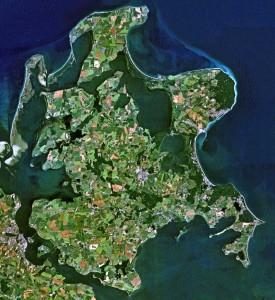 Rügen mit knapp tausend Quadratkilometern so groß wie Berlin, mit weniger als 70.000 Einwohnern so klein wie Delmenhorst im Oldenburger Land. Quelle: Wikimedia Commons, NASA.