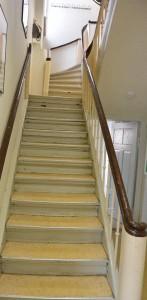 Farbe blättert, Treppen knarzen. Hier könnte manches Reparatur und Renovierung vertragen. Gleichwohl, das Programm der Kreisvolkshochschule Rügen findet viel Zuspruch.