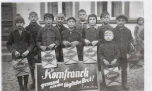 Werbung der neunzehnhundertdreißiger Jahre in Rambin. Mit etwas Glück gab's für die Schulkinder auch ein Probepäckchen Muckefuck. Foto: M. Kahn.