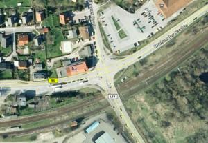 Die B96 ist Hauptschlagader für den Verkehr auf Rügen. Wenn ein Zug kommt, geht längere Zeit in alle Richtungen gar nichts mehr, obwohl die Schranken lediglich den Verkehr auf der Landstraße 30 Richtung Garz betreffen. Quelle: Google Earth.