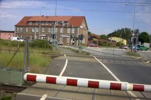 Bahnübergang aus Richtung Garz gesehen. Querstraße hinter den Schranken ist die B96. Viele fragen sich, warum dort der Verkehr so lange aufgehalten wird. Quelle: Google Earth by Rueganer.