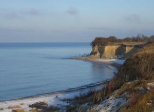 Die Küste verändert sich ständig. Wellen und Strömungen spülen Sand davon und landen ihn anderswo wieder an. Regen und Frost sorgen an den Steilküsten immer wieder Abbrüche wie hier auf Hiddensee zu erkennen.