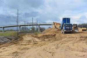 Diese Brücke hier in Rambin  verbindet den Ortskern mit dem weiter südlich hinter der neuen Trasse der B96n gelegenen Ortsteil Kasselvitz.