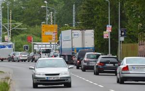 Die Staus auf der Hauptverkehrsachse von Rügen – wie hier vor der berüchtigten Ampel in Samtens – werden ein Ende haben, wenn die B96n fertiggestellt ist. Bis dahin werden auch Brücken gebaut.