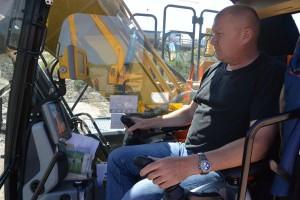 Baggerfahrer Detlef Meyer (47) beobachtet den Monitor. Der ist gefüttert mit einem Geländemodell, zeigt die GPS-Daten, nach denen er den Greifarm auf den Millimeter genau steuern kann und der Böschung die erforderliche Form gibt.