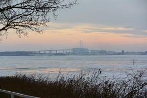 Die Rügenbrücke, 2.831 Meter lang – seit 2007 hält sie den Urlaubsverkehr auf drei Fahrspuren flüssig. Danach verengt sich die B96 auf zwei Fahrspuren mit Ortsdurchfahrten in Rambin und Samtens.