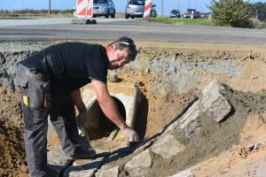 Randarbeiten am Radweg wischen Rambin und Samtens: Uwe Genz (54) pflastert Straßendurchlässe für die Entwässerungsanlagen.