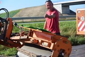 Alles in einem Arbeitsgang: Auf der fast fertigen Radlerpiste zwischen Rambin und Samtens verdichtet Jens Zaharetz (40) die Bankette mit der Walze und sät gleichzeitig Rasen, der Erosion verhindert.
