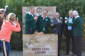 Prost: Grund-Fasslegung für die künftige Rügener Insel-Brauerei in Rambin, v.l.: Frans de Groen, Markus Berberich, Ralf Drescher, Christian Thiede, Andries de Groen.