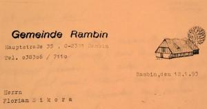 War es nicht ein idyllischer Briefkopf, den Rambin noch 1993 hatte? Viele ehemalige Kriegsgefangene und Zwangsarbeiter wandten sich vor allem in den Neunzigerjahren an die Gemeinde, um ihre Arbeitszeit in Rambin bescheinigt zu bekommen. Das war als Nachweis für ihre Rentenversicherung in Polen wichtig.