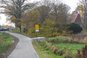 Wetten, dass...? Zwischen Altefähr und Samtens dürfte man zu Spitzenzeiten des Verkehrs schneller mit dem Rad unterwegs sein. Für Radfahrer ist in Rambin eine Umgehung der Baustelle von der Stralsunder Straße bis zum Anschluss an den Radweg nahe dem Kloster eingerichtet.