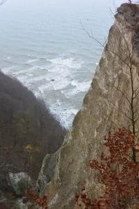 Blick von Königsstuhl auf den Ostseestrand. Die Kliffs der Kreidefelsen bestehen nicht allein aus Kreide. Sand, Lehm, Findlinge bilden ein chaotisches Mustern der Erdgeschichte.