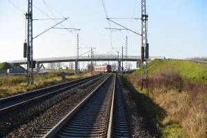Nun ist sie fertig: die Brücke zum Rambiner Ortsteil Kasselvitz. Sie überquert die Bahnlinie und die Trasse der künftigen B 96n. Zwei weitere Brücken zu den Orten Sellentin und Götemitz sind ebenfalls im November für den Verkehr freigegeben worden.