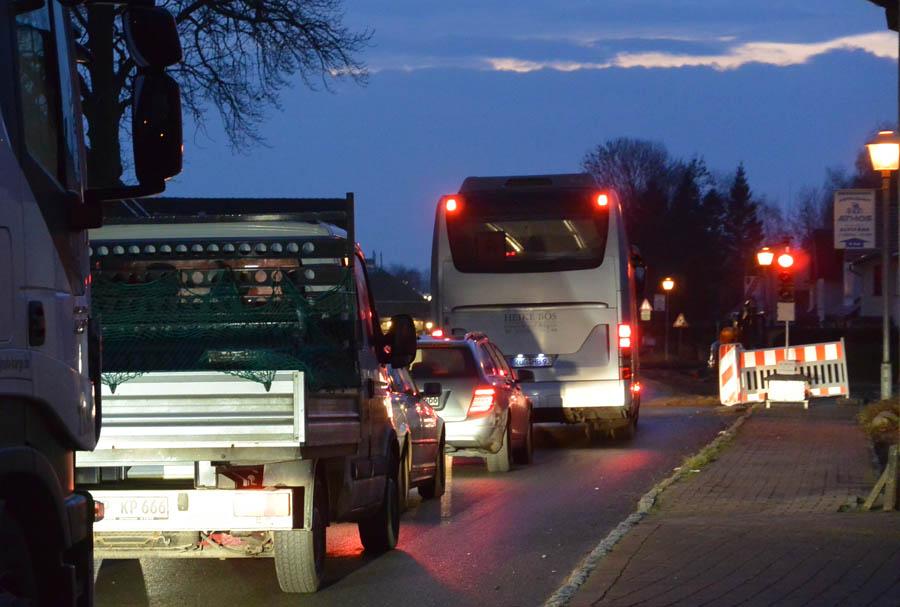 Vom 16. Januar bis zum 27. März werden sich wieder lange Autoschlangen vor den Ampeln in Rambin bilden. Für den Bau des Radweges wird der Verkehr auf der B 96 einspurig durch einen Teil des Ortes geführt.