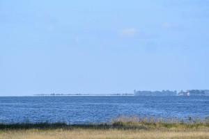 Blaues Wasser, weiter Blick, Wasserspiegelung am Horizont. Das gibts auch bei uns – hier am Kubitzer Bodden mit Blick auf die Insel Ummanz.