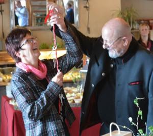 Symbolische Schlüsselübergabe von Dr. Francis Baudet an seine Nachfolgerin
