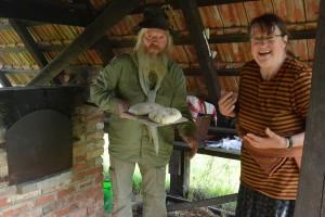 Zwei Stunden lang hat Georg Jeske den Lehmbackofen mit Holzfeuer auf Temperatur gebracht. Jetzt schiebt der Vorsitzende des Fördervereins unter Mithilfe von Christiane Asbach-Schmied die Brotlaibe in den Ofen.