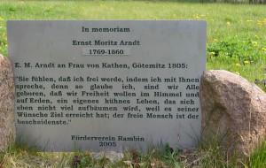 """Ernst Moritz Arndt war einer der bedeutendsten Lyriker des 18. Jahrhunderts. Der Heimatverein Rambin erinnert an ihn mit einer Gedenktafel und einer """"Arndtbuche""""."""