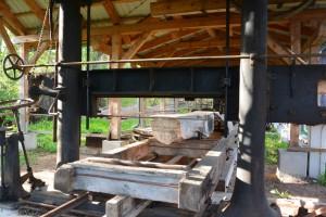 Das voll funktionsfähige Sägegatter kann mit einem einzigen Sägeblatt aus mächtigen Baumstämmen schnurgerade Balken und Bretter zu schneiden.