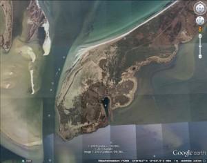 Der Alter Posthafen an der Südspitze des Wittower Bug gleicht einem umgedrehten Tropfen: Gut zu sehen sind die Ab- und Anladungen von Sand, die die Landschaft seit Rügens Schwedenzeit neu gestaltet haben. Links im Bild der Neue Bessin von Hiddensee. Wenn die Fahrrinne nicht freigehalten würde, Hiddensee und der Bug wären längst zusammengewachsen. Bild: Google Earth