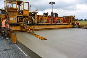 Es ist schon erstaunlich, wie heute Straßen gebaut werden können: Die Fertigungsmaschine verarbeitet täglich in einem Arbeitsgang  7.000 Tonnen Beton und schafft dabei 1.000 Meter neue Fahrbahn.