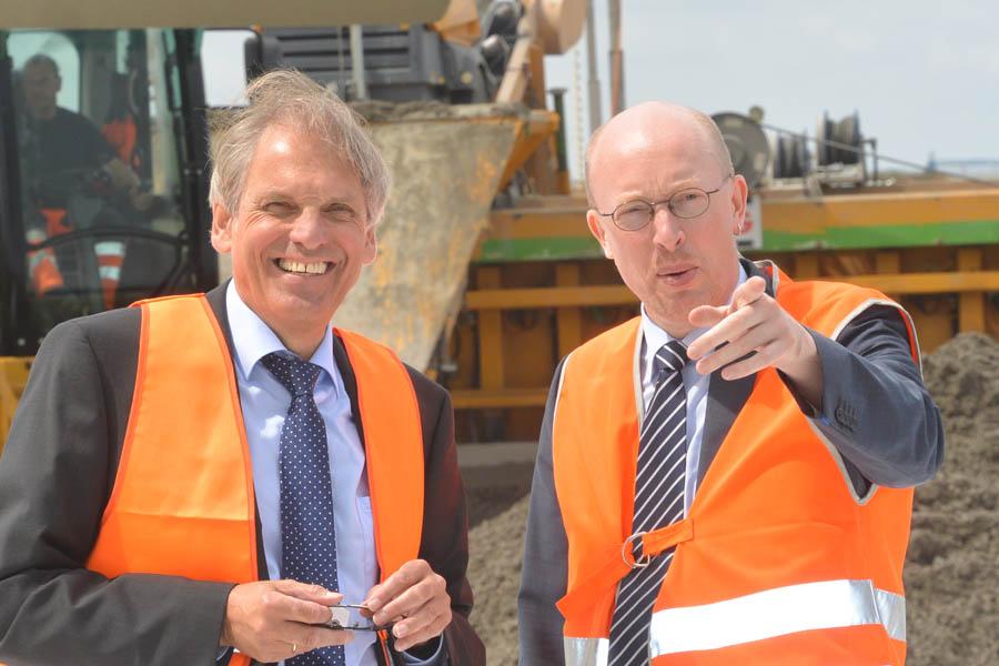 Verantwortlich für den Bau der B96n auf Rügen: Infrastrukturminister der Landes MV, Christian Pegel (rechts, SPD) und Joachim Rascher, Manager der Deges, ein Staatsunternehmen, das für den Bund und die neuen Länder Infrastrukturprojekte baut. Das Foto entstand im Juli 2015 bei einer Baustellenbesichtigung.