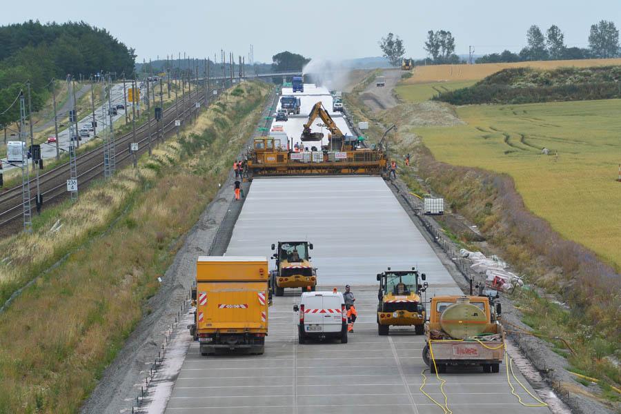 Schneller Straßenbau: in gut einer Woche war im Juli 2015 die Betonfahrbahn von Rambin bis Samtens fertiggestellt. Die Fahrbahn in Asphalt zu bauen hätte mehr Zeit und Geld erfordert.
