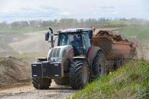 In der Bauzeit seit 2011 sind auf der Strecke zwischen Altefähr und Samtens mehr als eine halbe Millionen Kubikmeter Boden bewegt worden. In Spitzenzeiten waren mehr als 200 Arbeiter und um die hundert Baumaschinen und Transportfahrzeuge auf der Baustelle.