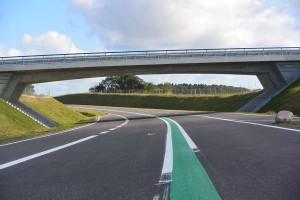 Viel Beton verbaut: Die B 96n verläuft kreuzungsfrei bis in den Osten von Samtens. Auf der 14 Kilometer langen Strecke sind sieben Brücken und die Eisenbahnunterführung bei Scharpitz, der sogenannte Trog, entstanden.