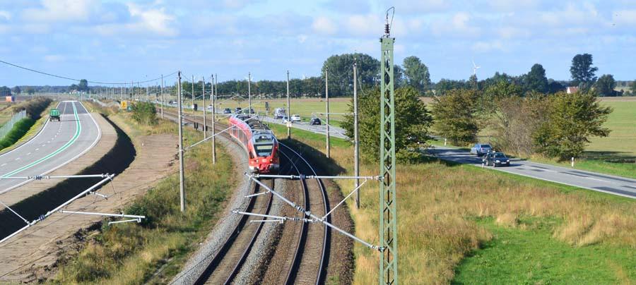 Viel Infrastruktur führt den Verkehr auf die Insel Rügen. Neben der Bundesstraße 96 verläuft die Bahnlinie zu den Ostseebädern. Die B 96n soll im Dezember für den Verkehr freigegeben werden. Zusammen mit den Bahngleisen sind es dann sieben Fahrspuren auf denen sich der Verkehr künftig bewegt.