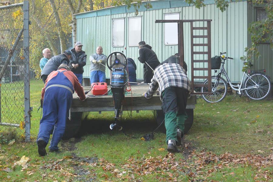 2015_10_31_Aglerverein Arbeit zum Saisonschluss_10_Motorfloß ins Winterlager_wp