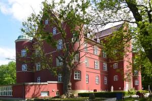 Auf Schloss Spycker wird Tradition bewahrt: Das Restaurant ist nach dem schwedischen Gouverneur von Wrangel benannt, und im Schlosspark stehen noch die alten Buchen aus der Schwedenzeit.
