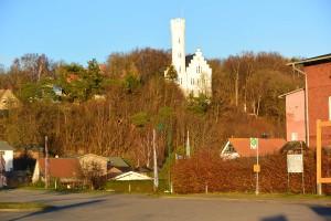 Markante Erscheinung ist im Verlauf der B 96 Der schmale Damm zwischen dem Großen und dem Kleinen Jasmunder Bodden bei Lietzow und das Schlösschen Lichtenstein am Ortseingang.