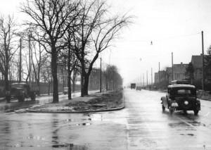 1961, nach dem Mauerbau, musste sich die DDR etwas einfallen lassen: Die Umgehung der alten 96, die über West-Berliner Gebiet verlief. Heute heißt diese Strecke B 96 a. Im Osten von Berlin Berlin verläuft sie über eine Straße, die Adlergestell heißt. 1955 wurde hier die zweite Fahrbahn dem Verkehr übergeben. Foto: Wikimedia Commons.