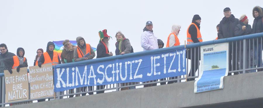 Kämpften für Landschaft und Natur und gegen den Bau der B 96n in der jetzigen Form: Die Aktivisten vom Naturschutzbund Deutschland, Kreisverband Rügen (Nabu). Bei der Einweihung der B 96n am 8. Dezember bereiteten Sie der Bundeskanzlerin einen lauten Empfang. Die Sicherheitsverantwortlichen hielten die Nabu-Mitglieder auf Abstand. Sie durften nur im Hundertmeterabstand auf der Brücke protestieren.