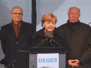 Da zeigt doch wahrhaftig der Falsche die Raute, die doch der Kanzlerin gehört. Bei der feierlichen Eröffnung der B 96n-Südtrasse in Rambin (von links): Erwin Sellering, Ministerpräsident von MV, Angela Merkel, Bundeskanzlerin und Eckhard Rehberg MdB.