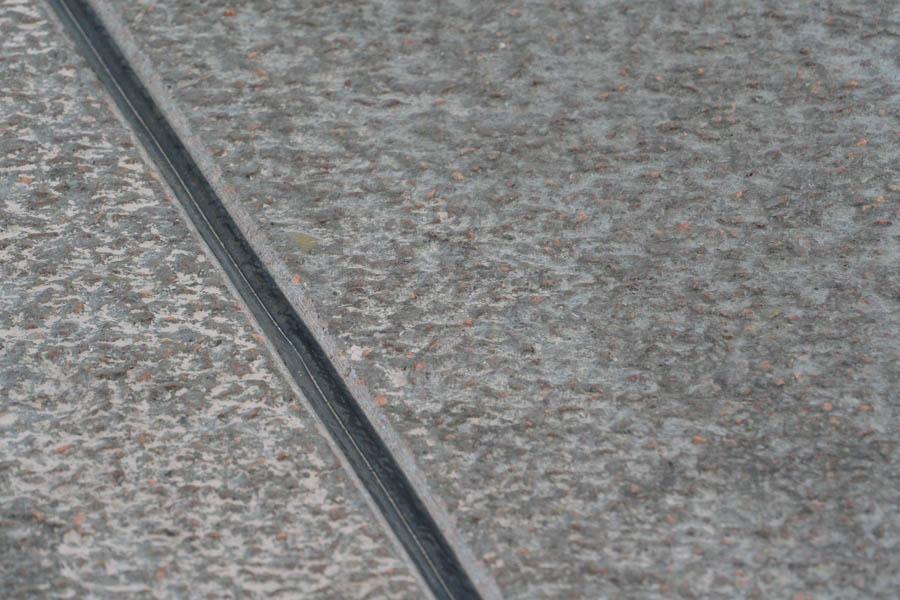 Stein des Anstoßes: Waschbetonoberfläche und Dehnungsfugen. Diese Fahrbahnoberfläche ist nach Auffassung vieler Anwohner Ursache des Lärms.