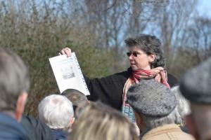 Angela Pfennig, promovierte Gartenbauhistorikerin aus Stralsunder, setzt die Besucher bei der Führung durch die Anlagen des Klosters St. Jürgen vor Rambin in Erstaunen.