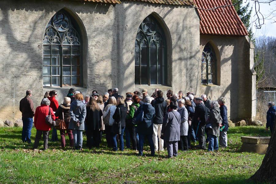 Für rund 70 Besucher ist der Rundgang durch die Klosteranlagen und Gärten von Rambin eine Reise in die Vergangenheit.